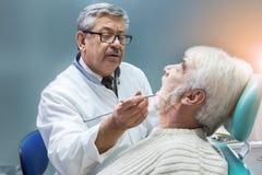 Viejo hombre en el dentista Fotografía de archivo