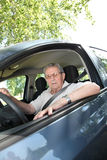 Viejo hombre en el volante imagen de archivo
