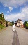 Viejo hombre en la calle de Conques - Francia Fotos de archivo