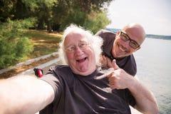 Viejo hombre en la silla de ruedas que toma un Selfie fotografía de archivo libre de regalías