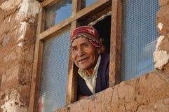 Viejo hombre en la ventana en Perú Fotos de archivo