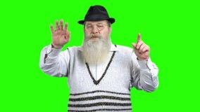 Viejo hombre en lentes usando la pantalla virtual transparente metrajes