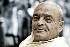 Viejo hombre en negrilla con la expresión feliz Imágenes de archivo libres de regalías