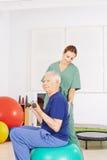 Viejo hombre en praxis de la terapia física Imagen de archivo libre de regalías