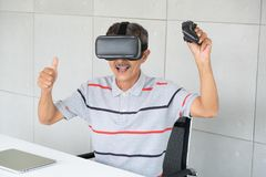 Viejo hombre en vidrios de la realidad del vr de realidad virtual con jugar al juego fotos de archivo libres de regalías