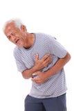 Viejo hombre enfermo que sufre de ataque del corazón o de difficulti de respiración Foto de archivo libre de regalías