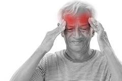 Viejo hombre enfermo que sufre del dolor de cabeza, jaqueca Imagen de archivo