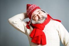 Viejo hombre feliz con la barba en ropa roja del invierno Fotografía de archivo