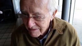 Viejo hombre feliz en vidrios fotografía de archivo libre de regalías