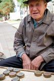 Viejo hombre feliz que juega a ajedrez chino Fotos de archivo