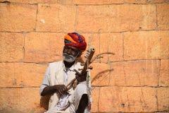 Viejo hombre indio que toca el instrumento tradicional en Jaisalmer, Rajasthán - la India Foto de archivo