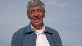 Viejo hombre mayor confiado feliz Imágenes de archivo libres de regalías
