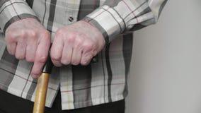 viejo hombre mayor 4k con el bastón difícilmente a levantarse del sofá, atención sanitaria del pernsion metrajes
