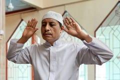 Viejo hombre musulmán que ruega la mezquita interior Imagenes de archivo