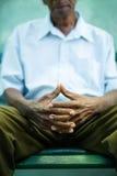 Viejo hombre pensativo que se sienta en banco en parque fotografía de archivo