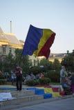 Viejo hombre que agita la bandera rumana foto de archivo