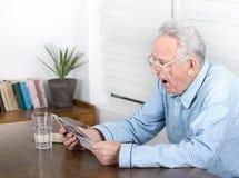 Viejo hombre que bosteza Imágenes de archivo libres de regalías