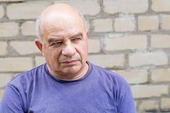 Viejo hombre que busca alguien con desprecio Fotografía de archivo libre de regalías