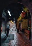 Viejo hombre que camina en el templo Foto de archivo libre de regalías