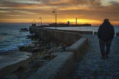 Viejo hombre que camina en la puesta del sol fotos de archivo libres de regalías