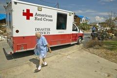 Viejo hombre que consigue el bolso del hielo del vehículo de la Cruz Roja Imagen de archivo