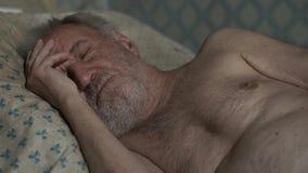 Viejo hombre que duerme en casa metrajes