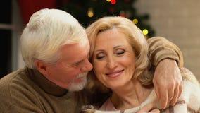 Viejo hombre que envuelve suavemente a la mujer con la manta, cuidando para la esposa querida, primer metrajes