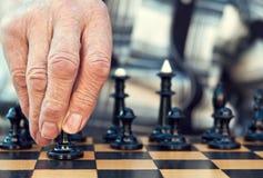 Viejo hombre que juega a ajedrez Imágenes de archivo libres de regalías