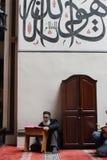 Viejo hombre que lee el Quran fotografía de archivo libre de regalías