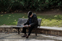 Viejo hombre que lee las noticias Imágenes de archivo libres de regalías