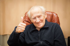 Viejo hombre que muestra los pulgares para arriba Foto de archivo libre de regalías