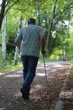 Viejo hombre que recorre en parque fotos de archivo