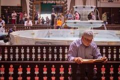 Viejo hombre que ruega en la mezquita foto de archivo libre de regalías