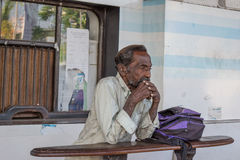 Viejo hombre que se coloca y que piensa en el ferrocarril Imagen de archivo