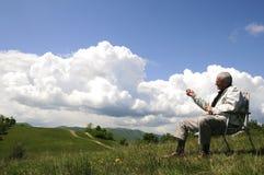 Viejo hombre que se reclina en la naturaleza foto de archivo libre de regalías