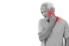 Viejo hombre que sufre de la inflamación o de lesión del músculo del cuello Foto de archivo