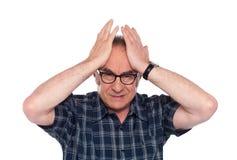 Viejo hombre que tiene dolor de cabeza Imágenes de archivo libres de regalías