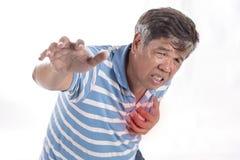 Viejo hombre que tiene dolor de pecho - ataque del corazón Imagen de archivo libre de regalías