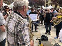 Viejo hombre que toca el saxofón en Pamplona fotografía de archivo libre de regalías
