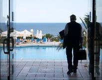 Viejo hombre que va a un mar Fotos de archivo libres de regalías