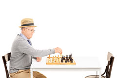 Viejo hombre senil que juega a un juego del ajedrez solamente Imágenes de archivo libres de regalías