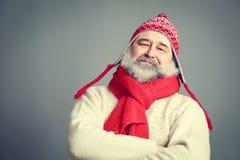 Viejo hombre serio con la barba en ropa divertida del invierno Fotografía de archivo libre de regalías