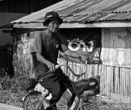 Viejo hombre tailandés en una bicicleta Foto de archivo
