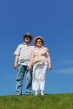 Viejo hombre y mujer en sombreros de paja y gafas de sol Imagen de archivo libre de regalías