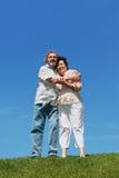 Viejo hombre y mujer que abrazan y que sonríen Foto de archivo