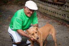 Viejo hombre y su perro Imagen de archivo libre de regalías