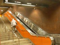 Viejo hombre y una escalera móvil Imagenes de archivo
