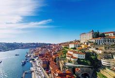 Viejo horizonte de la ciudad de Oporto, Portugal del puente de Dom Luis Foto de archivo