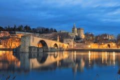 Viejo horizonte del puente y de la ciudad en la oscuridad en Aviñón, Francia imágenes de archivo libres de regalías