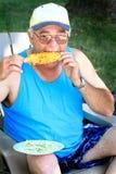Viejo individuo en la comida campestre Foto de archivo libre de regalías